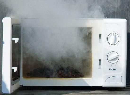 Искры и запах гари в микроволновой печи